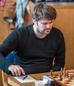 Peter Heine under partiet mot landsmannen Nils Jorgen Fries-Nielsen. Slutspelet har inte börjat ännu... Foto Lars OA Hedlund