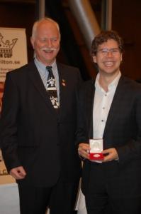 En glad Jon Ludvig tog emot sin medalj från Jan Wikander. Foto Lars Hedlund
