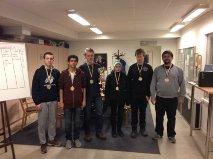 Segrande laget med pokal och medaljer! Från vänster Ramir, Sam, Leo, Axel, Felix och lagledaren Tony. Foto Jonas Sandbom