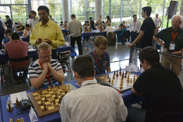 Till och med Anand (i gul skjorta) var intresserad av Rockadens match mot Novy Bor. Vi ser också Erik B. och Emil på bord 1 och 2. Foto Robert Bator