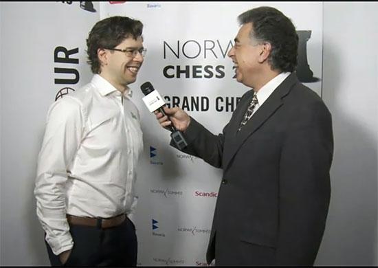 En glad Jon Ludvig Hammer intervjuas av Yasser Seirawan efter sin vinst.