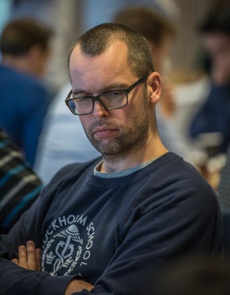 Jonas vann ett snyggt parti men som lagledare hade han också koll på de andra partierna. Foto Lars OA Hedlund