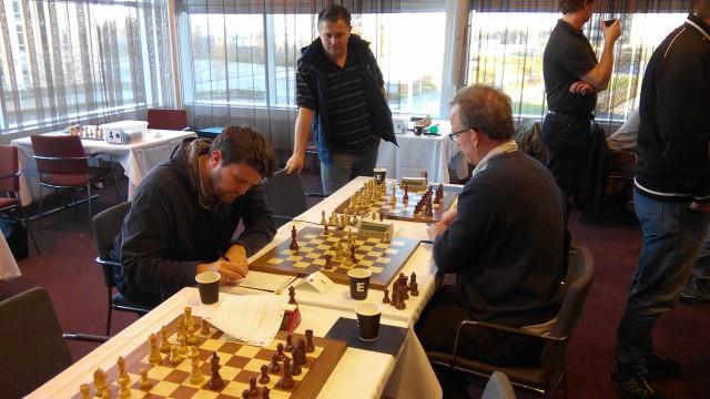 Slutskedet av Nielsen-Åkesson med Robert som intresserad åskådare. Foto Tony Hanoman
