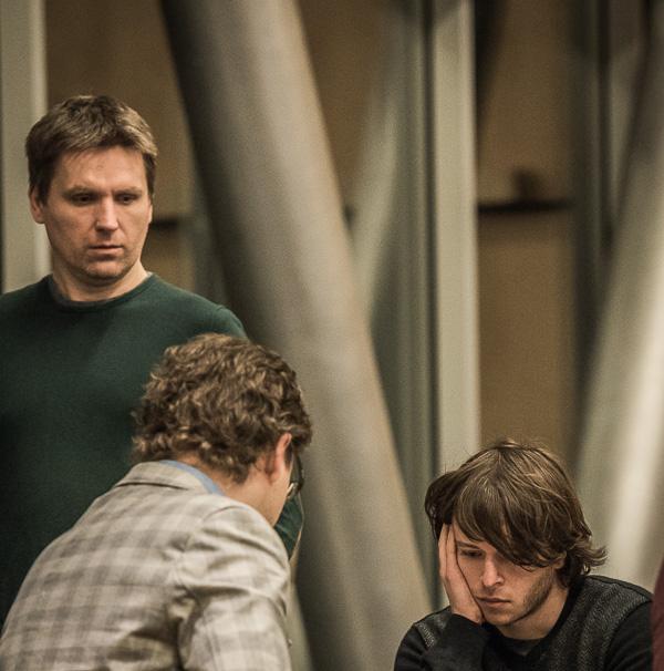 Bartosz Socko tittar på när Jon Ludvig Hammer (ryggen mot kamera) och Maxim Rodshtein spelade remi i rond 5. Foto Lars OA Hedlund